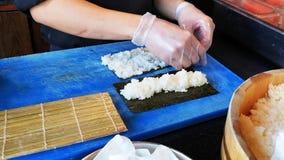 Het koken makend verse en heerlijke verscheidenheid van maki en nigirisushi