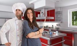 Het koken met een professionele chef-kok stock afbeeldingen
