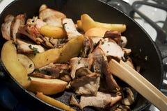 Het koken met Gietijzerpan Stock Foto's
