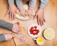 Het koken met kinderen Thuis makend pastei Kinderen en moeder h royalty-vrije stock foto's