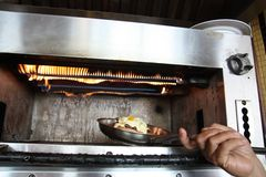 Het koken met oven stock afbeeldingen