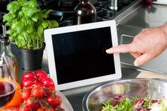 Het koken met tablet Stock Afbeeldingen