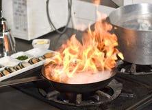 Het koken met vlam Stock Foto