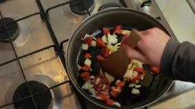 Het koken met worsten stock footage