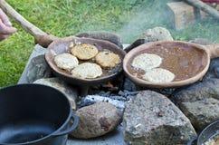 Het koken in middeleeuws festival stock foto's