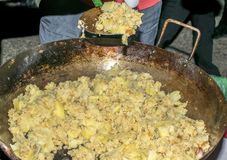 Het koken migas of Crumbs een typisch Spaans voedsel Crumbs in een pan wordt voorbereid die royalty-vrije stock fotografie