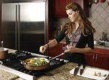 Het koken in moderne keuken Stock Afbeelding