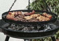 Het koken op de barbecuegrill Stock Fotografie
