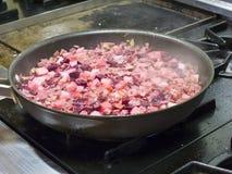 Het koken op de fornuisbovenkant met een pan royalty-vrije stock foto's