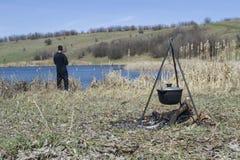 Het koken op een brand bij de lente Dichte mening van ketel over het kampvuur stock foto's