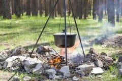 Het koken op een brand bij de lente royalty-vrije stock fotografie