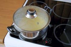 Het koken op een ceramische plaat Stock Fotografie