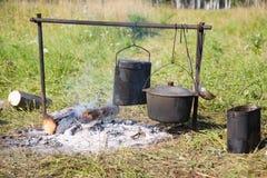 Het koken op een open brand royalty-vrije stock foto