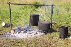 Het koken op een open brand stock foto