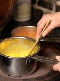 Het koken op een oude open waaier - eieren en bonen Stock Afbeeldingen