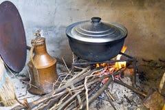 Het koken op houten brand Stock Foto