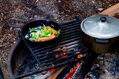 Het koken over een open brand Stock Afbeeldingen