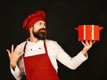 Het koken procédé concept Chef-kok met rode braadpan of steelpan stock afbeelding