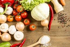 Het koken procédé in de keukenproducten op de ruwe houten lijst worden uitgespreid die Stock Fotografie