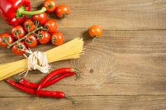Het koken procédé in de keukenproducten op de ruwe houten lijst worden uitgespreid die Stock Foto