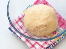 Het koken procédé Het voorbereiden van deeg voor cakes, gebakjes, broodjes of pizza Gezuurd deeg royalty-vrije stock fotografie
