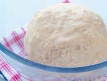 Het koken procédé Het voorbereiden van deeg voor cakes, gebakjes, broodjes of pizza Gezuurd deeg in transparante kom stock afbeeldingen