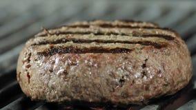 Het koken roosterde koteletten, close-up van parketkotelet bij de geroosterde grill, ingredi?nten voor een hamburger stock footage