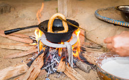 Het koken Sel Roti of Nepali-brood stock foto's