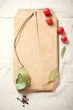 Het koken: tomaten, kruiden en kruiden voor het koken Royalty-vrije Stock Foto