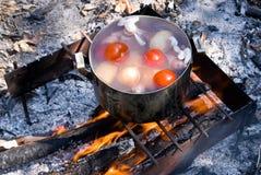 Het koken trekt soep op de brand aan Royalty-vrije Stock Afbeeldingen