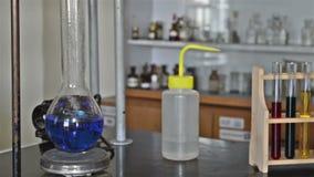 Het koken van Blauwe Vloeistof in een Laboratoriumexperiment stock footage
