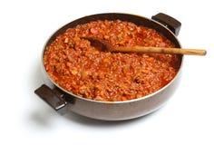 Het koken van Bolognese Saus in Pan Stock Foto's