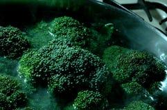 Het koken van broccoli stock afbeeldingen