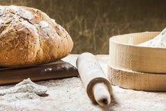 Het koken van brood Stock Afbeeldingen