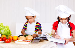 Het koken van de broer en van de zuster Royalty-vrije Stock Afbeelding