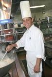 Het koken van de chef-kok bij keuken Stock Afbeeldingen