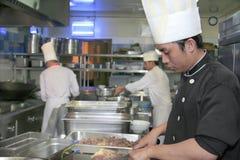 Het koken van de chef-kok bij keuken Stock Foto's