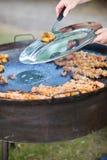 Het koken van de chef-kok voor een groep Royalty-vrije Stock Foto's