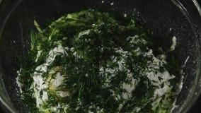 Het koken van de courgettepannekoeken van het proces videorecept met kaas stock video