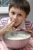 Het koken van de jongen Stock Afbeeldingen