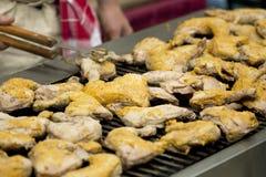 Het koken van de kip op een grill stock afbeelding