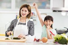 Het koken van de moeder en van de dochter in de keuken royalty-vrije stock fotografie