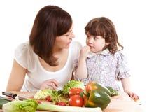 Het koken van de moeder en van de dochter bij de keuken Royalty-vrije Stock Afbeelding