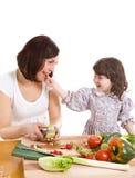 Het koken van de moeder en van de dochter bij de keuken stock foto's