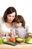 Het koken van de moeder en van de dochter bij de keuken Royalty-vrije Stock Fotografie