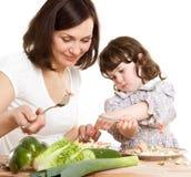 Het koken van de moeder en van de dochter bij de keuken Stock Afbeeldingen