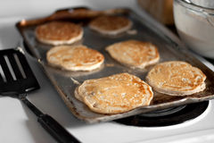 Het Koken van de Pannekoeken van de appel stock foto