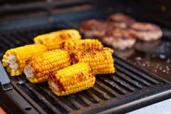 Het koken van de suikermaïs op een barbecue royalty-vrije stock afbeeldingen