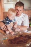 Het koken van de vader en van de zoon Stock Foto