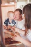 Het koken van de vader en van de zoon Royalty-vrije Stock Afbeelding